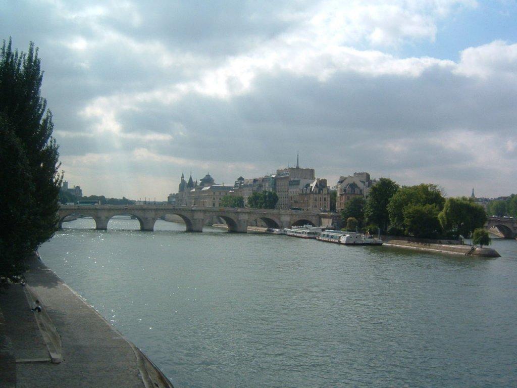 フランス旅行(いつまでに予約する?)